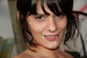 Ik hoorde Berna hoesten en proesten. Ik rolde van haar af en daar lag ze verschrikt en haar mond en gezicht vol met mijn sperma.