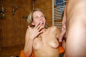 Het droop van haar gezicht waarna ze het met haar vinger in haar mondje veegde